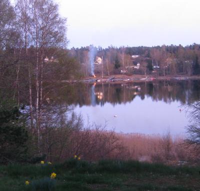 Grannen tvärs över sjön visste nog inte om förbudet - det varoligt att få se en brasa ...
