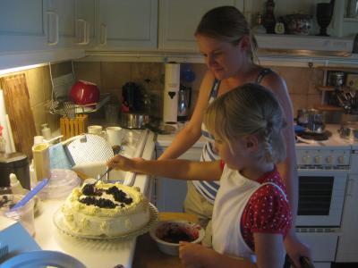 Vi dekorerar tårtan ...