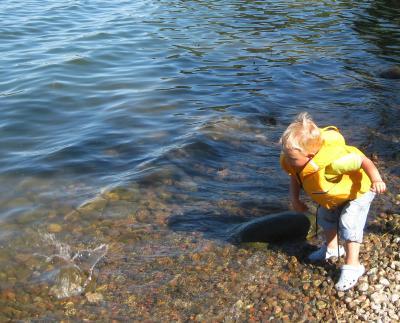 och kasta stenar i vattnet, jättekul ...!