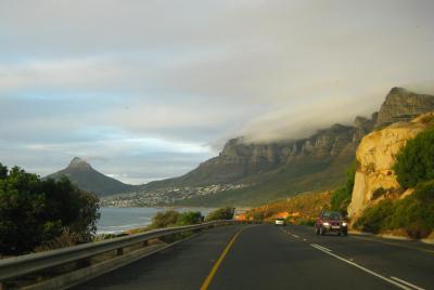 På väg mot Camps Bay, Table Mountain ligger under duken ...