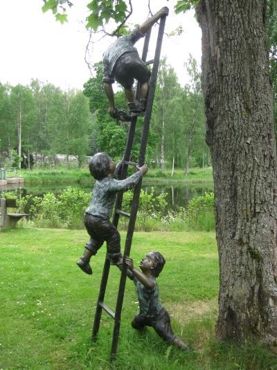En rolig staty vid Kilafors Herrgård ...