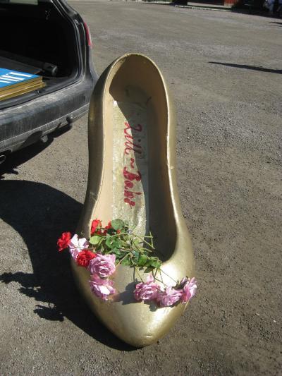 Lill-Babs sko, (jo, det är en bil bredvid) ...