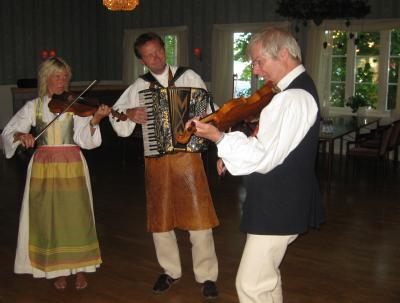 Musikunderhållning av Bengan Jansson med hustru och lokal musiker (som bär en halsduk som and