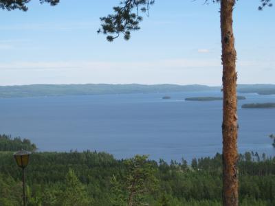 Utsikt över älskade Norr Dellen - vår stuga ligger där borta i de blå bergen ...