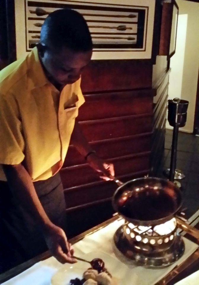 Middagen avslutades med efterrätt som flamberades vid bordet ...