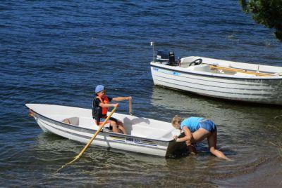 Stora syster ger hjälp med knuff ut i vattnet ...