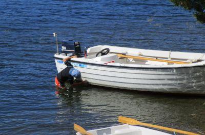 Stora båten behöver rengöras i vattenlinjen ...